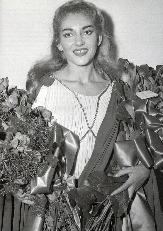 Maria Calla riceve i fiori dopo il debutto americano nella Norma nel 1954
