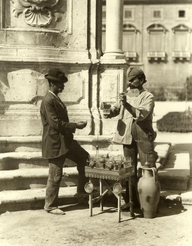 Palermo,Venditore ambulante di acqua,1900.Archivio Alinari