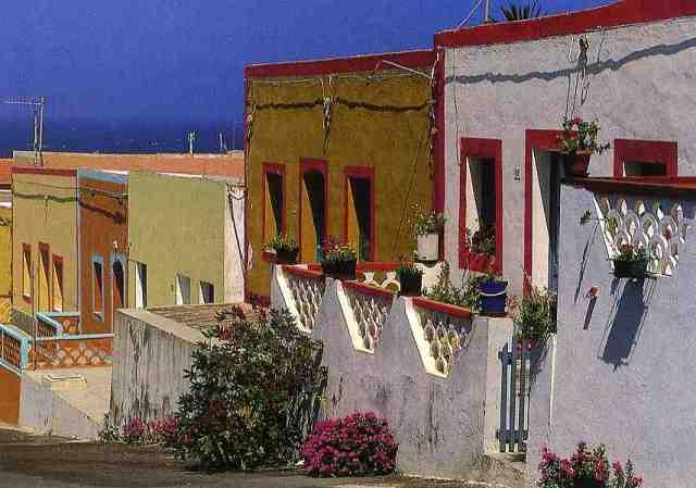 I colori vivaci delle case di Linosa