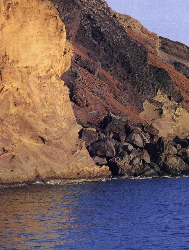 Pareti a picco sulla costa di Linosa