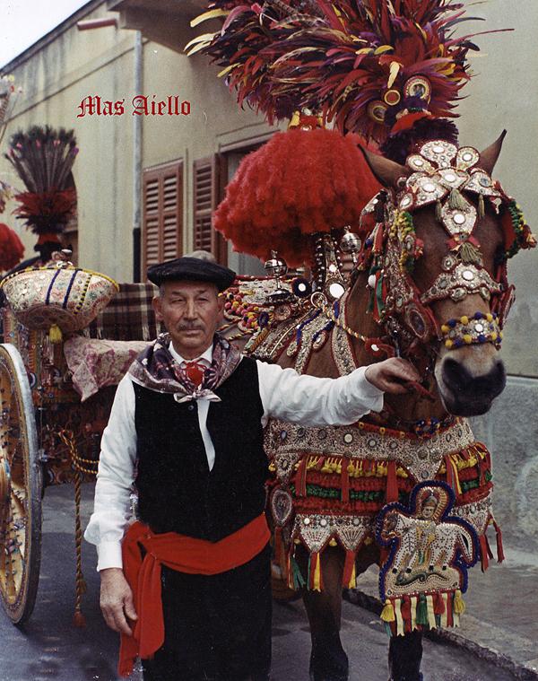 """Carrettiere e carretto""""bardato"""" per le feste.(Foto di Aiello,1972)"""