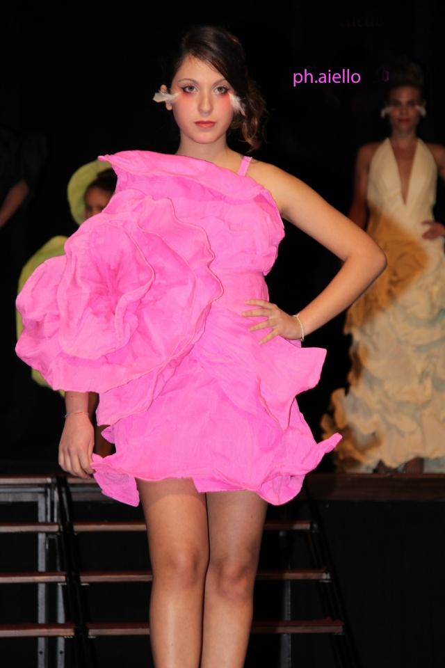 E questo abito rosa fuxia impresiosito da una grande rosa.