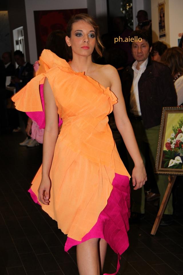 La modella Miriana Yuki Gambino indossa un estroso abito dai colori vivaci